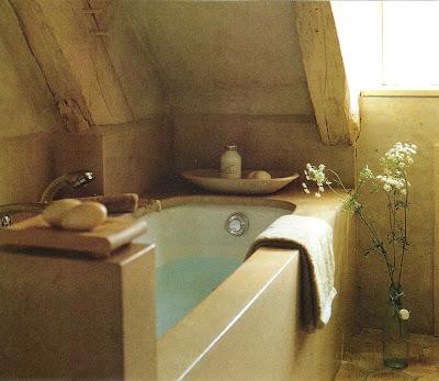 Tucked away tub, Côté Ouest Fev-Mar 2001, edited by lb for linenandlavender.net