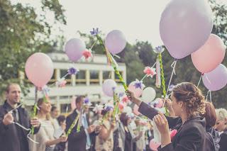 Invitados esperando a los novios con globos