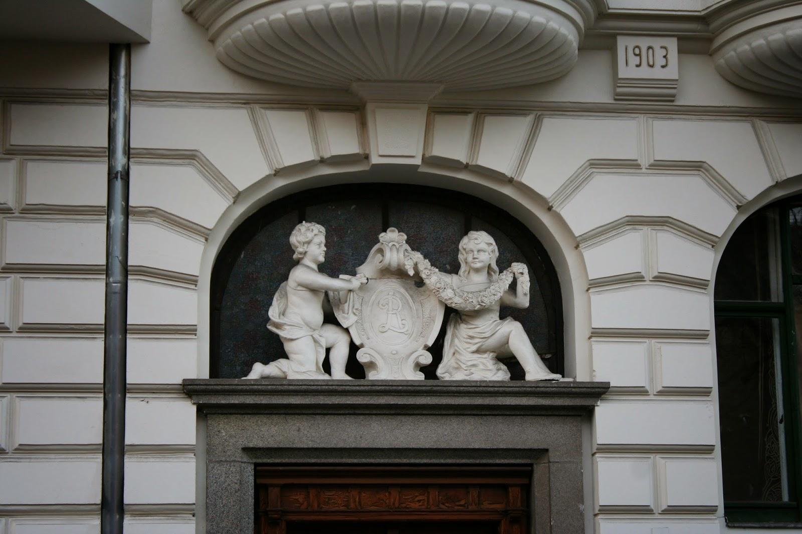 Hier vielleicht das Wappen des Hausherrn, denn es gibt die Villa Leonhard nicht viel zu lesen