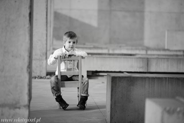 Chłopiec na zdjęciu na krzesełku, fotograf dzieci z lublina, uśmiechnięty chłopiec