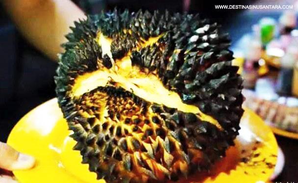 Artikel kuliner nusantara tentang ulasan, proses saji, dan lokasi Durian Bakar atau Duren Bakar yang ada dikota bandung.