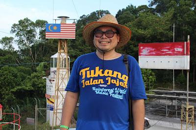 Tukang Jalan Jajan di Mercusuar Tanjung Datu
