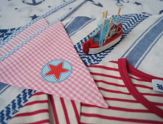 """Blog-Geburtstag: 3 Jahre Küstenkidsunterwegs (+ Verlosung). Ich feiere auf Küstenkidsunterwegs mit Euch meinen Bloggeburtstag und verlose eine süße Wimpelkette, ein geringeltes """"Ich bin schon ..."""" Shirt und ein cooles Piratenhalstuch an Euch!"""