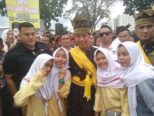 Viral! Foto Anak-Anak Riau Pose Dua Jari di Depan Jokowi, Netizen Salfok sama Paspampres