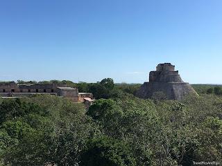 Vue sur la pyramide du Devin depuis le Palais du Gouverneur, Uxmal, Mexique