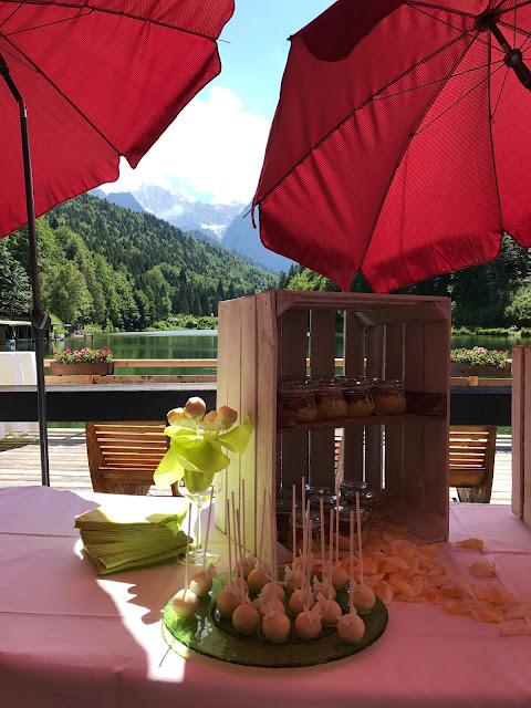 Fingerfood Buffet Seeterrasse, Sommerhochzeit in den Bergen von Garmisch-Partenkirchen, Riessersee Hotel ihr Hochzeitshotel in Bayern, Apfelgrün und Weiß, Hochzeitsplanerin Uschi Glas