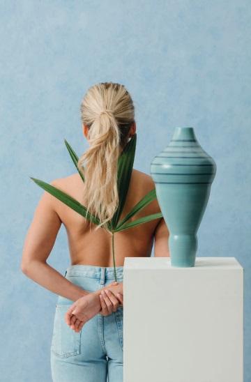 North vaso in ceramica la cui forma è ispirata alla donna del nord
