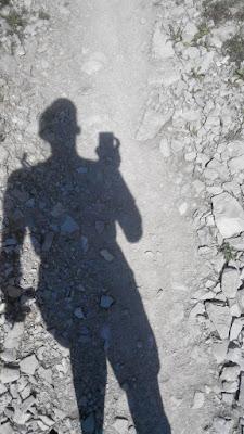 Тень бегущего человека на каменной тропе
