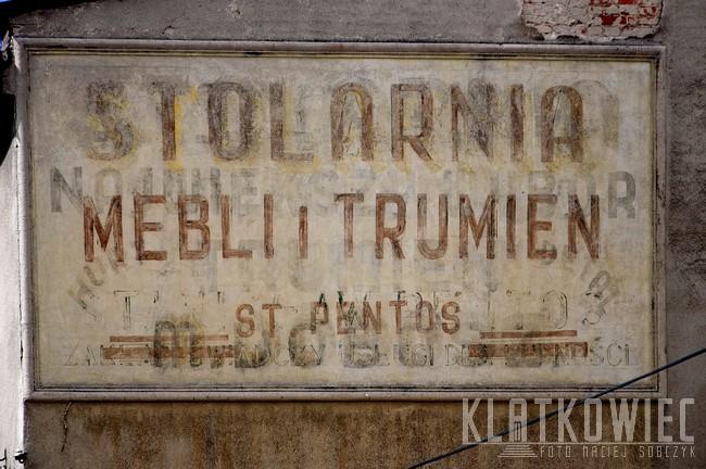 Ostrzeszów. Kamienica. Stara reklama. Stolarnia mebli i trumień Pentos.