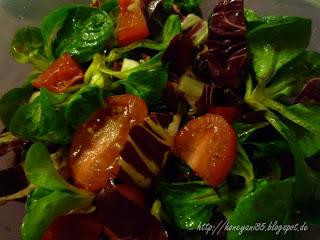 Feldsalat mit Granatapfeldressing und rote Beete