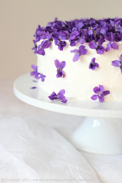 tort fiołkowy ze świeżymi fiołkami