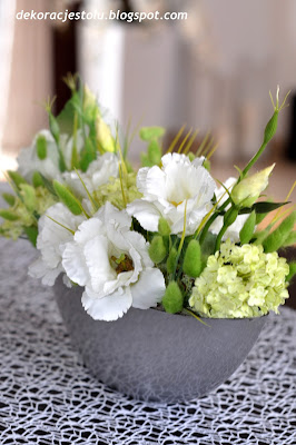 dekoracja kwiatowa na stole