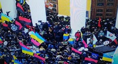 Манифестанты попытались захватить Октябрьский дворец