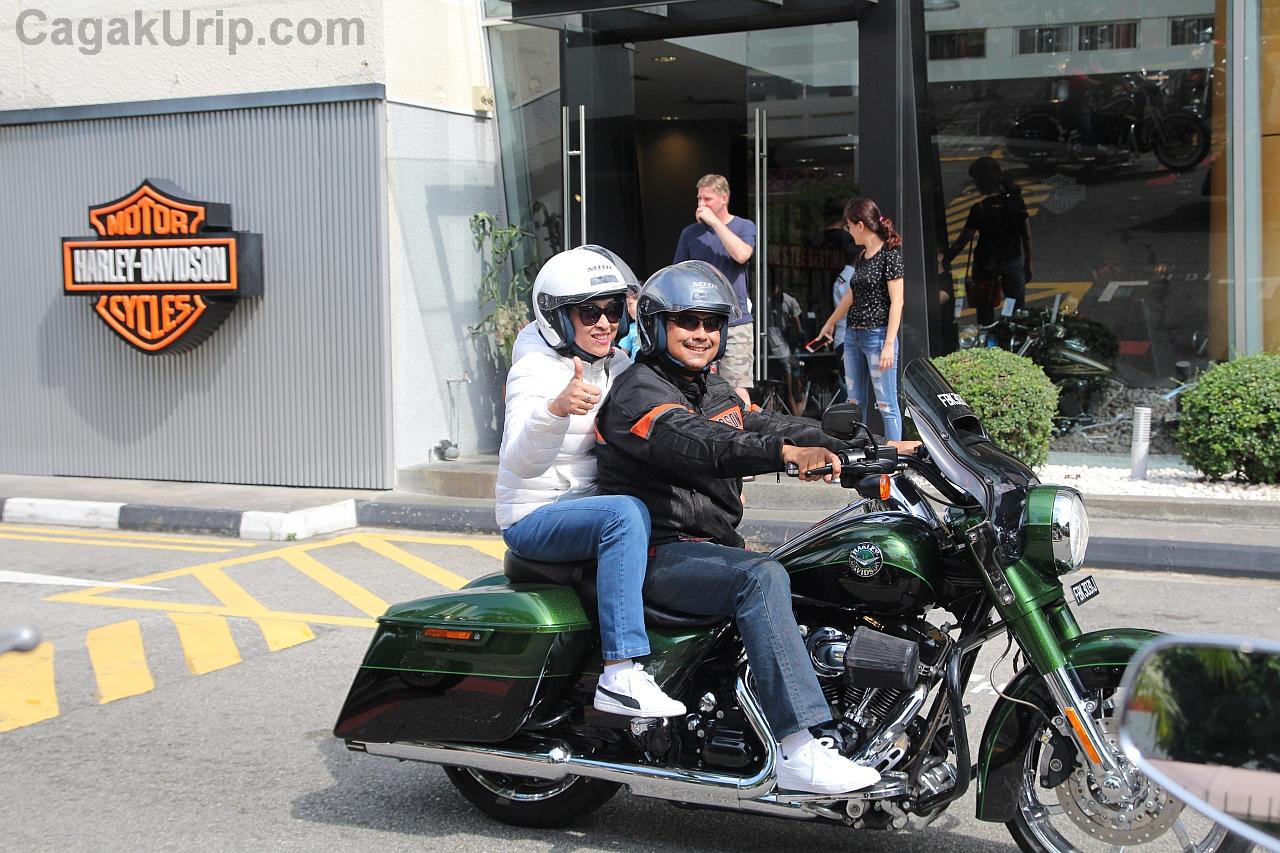 Pak Dubes Ngurah Swajaya mengendarai motor bersama Ibu Mahaswi Swajaya