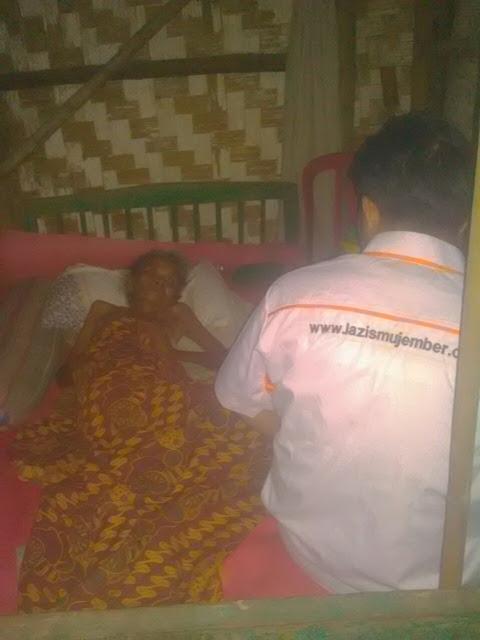Kondisi mbok Kus yang saat ini sedang sakit sendiri ditempat tidurnya