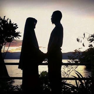 memandang dan memegang tangan istri