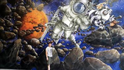 Malowanie obrazów na ścianie w bawialni, malowidła ścienne w sali zabaw dla dzieci, malowanie kosmosu na ścianie