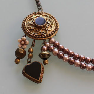 http://www.alittlemarket.com/collier/fr_collier_romantique_bronze_chocolat_et_vieux_rose_a_breloques_-17331559.html