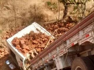 Motociclista morre ao tentar ultrapassagem e ser atingido por caminhão carregado de tijolos
