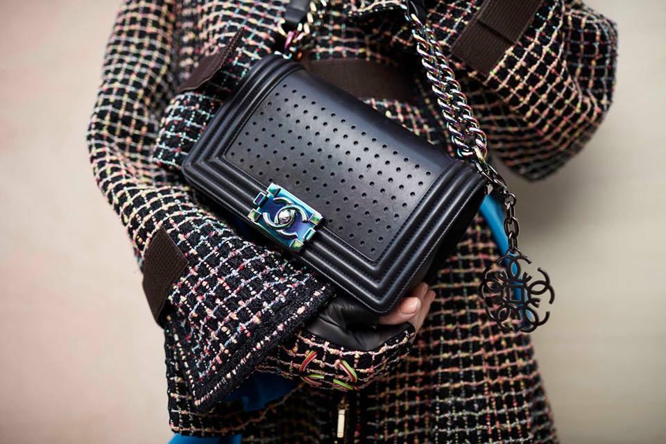 8d7896ba7fa56 Na drewnianej rączce od Gucci'ego lub na łańcuszku od Chanel . Projektanci  rezygnują z długich skórzanych pasków i promują torebki noszone w ręku a'la  lata ...