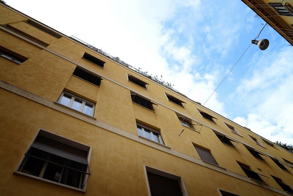 finestre quadrate e disposte in maniera simmetrica e uniforme, alcune tapparelle sono abbassate