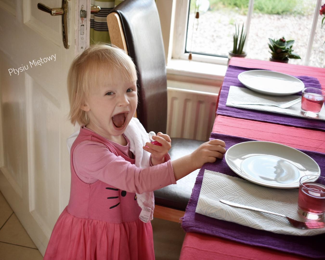 dziecko w kuchni