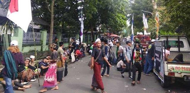 Ratusan Pendukung Bahar Bin Smith Kepung PN Bandung