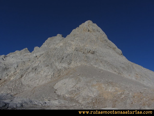 Ruta Cabrones, Torrecerredo, Dobresengos, Caín: Vista del Torrecerredo y Labrouche desde el Jou de Cerredo