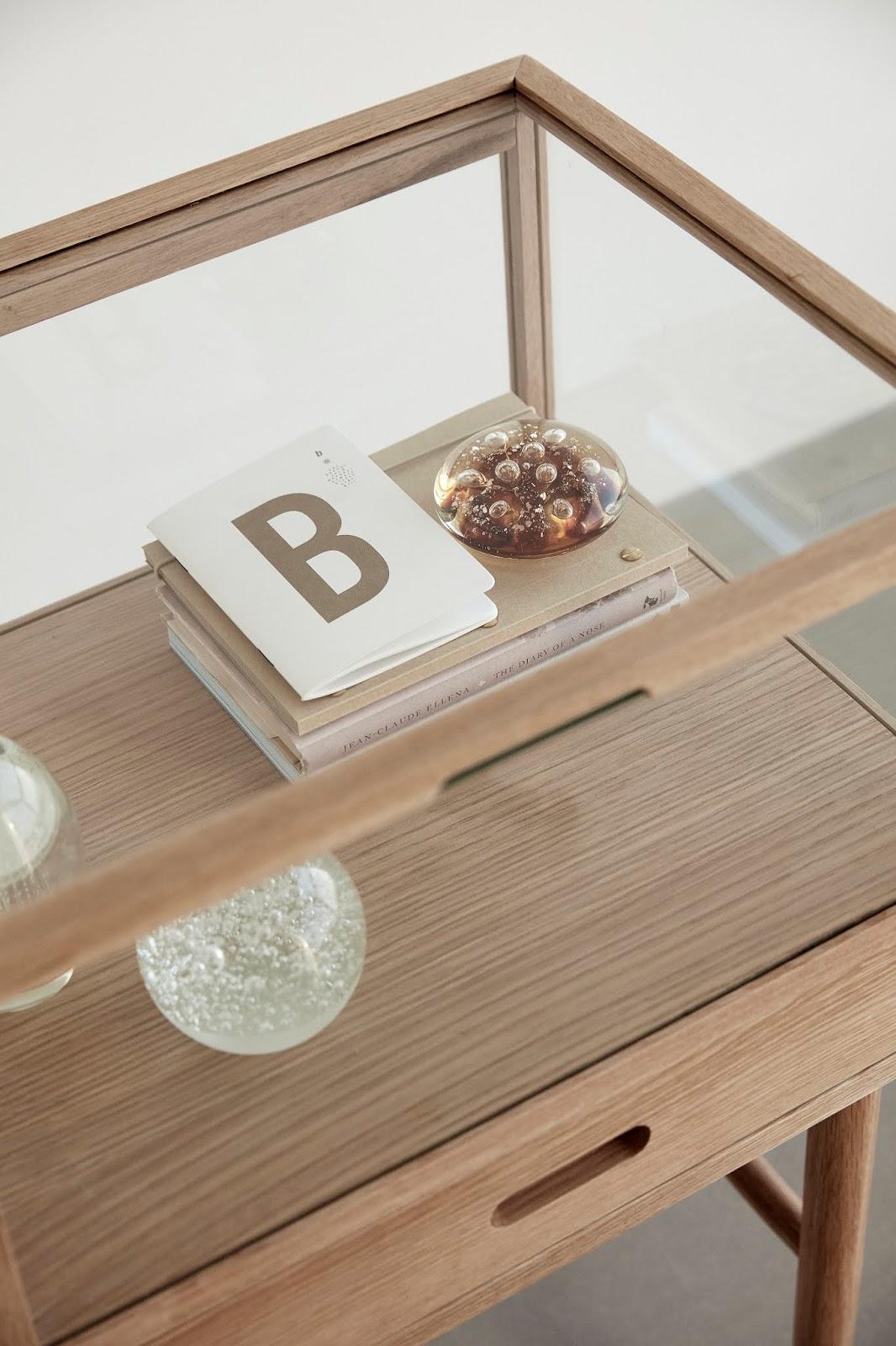 Gablota z drewna i szkła
