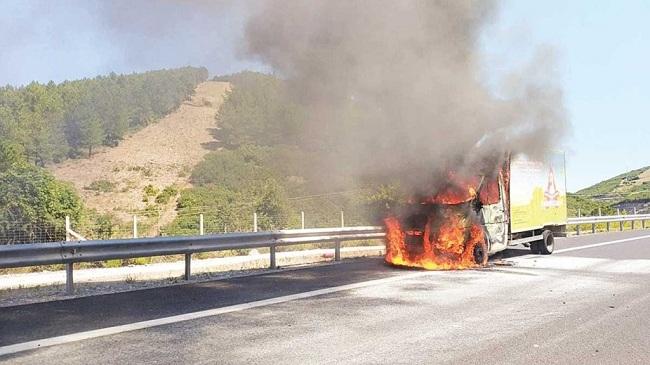 Φορτηγό πιάνει φωτιά στην Εγνατία Οδό