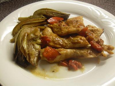 Pollo con alcachofas y pimiento rojo.