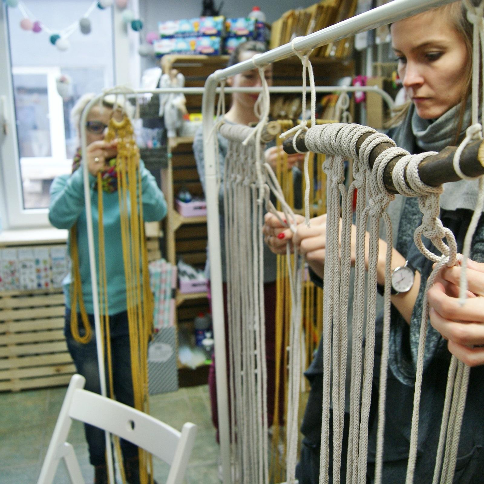 Warsztaty makramy w Papierowe Love - sklepie papierniczym i pracowni rękodzieła w Siechnicach.