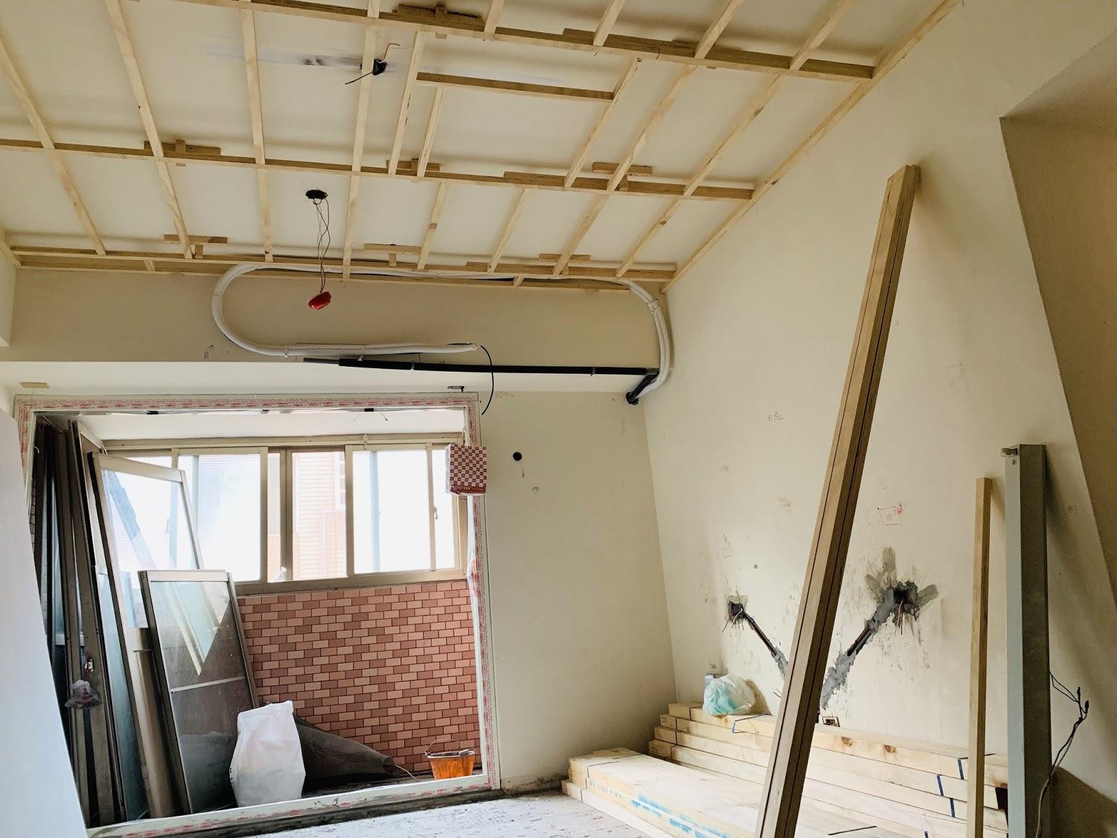 冷氣管線在天花板角材上