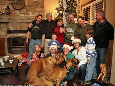 Witziges Familienfoto an Weihnachten mit Hund lustig