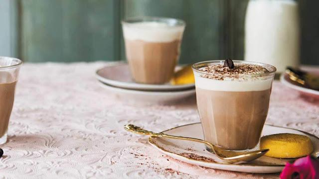 Latte được pha từ Espresso và sữa nóng theo tỉ lệ: 1/3 cà phê, 2/3 sữa, ở trên có lớp bọt dày khoảng 1 cm. Người Italy uống Caffé Latte trong một cốc to, thậm chí bằng bát. Thứ đồ uống này thường được dùng vào bữa sáng.    Caffé Latte tương tự Cafe Au Lait của Pháp, chỉ khác là Cafe Au Lait có tỉ lệ một phần sữa và hai phần cà phê.