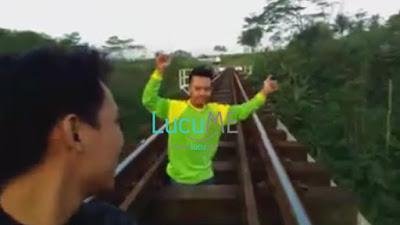 Aksi Menantang Maut Remaja di Bawah Kereta Melintas Ini Bikin Greget Netizen