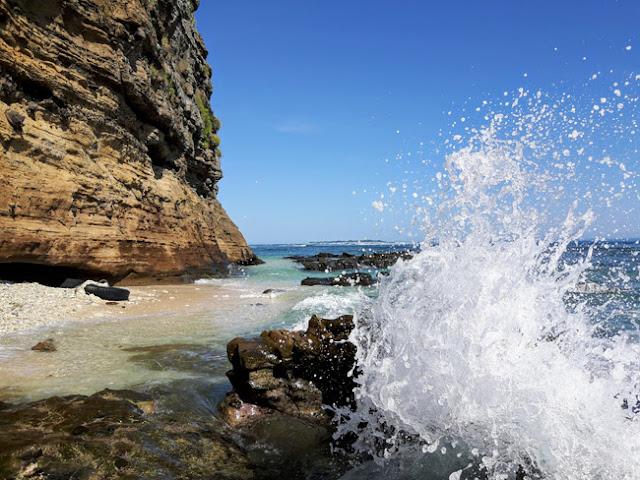 Sóng biển khá mạnh, chỉ cần vài giây đứng ngắm, du khách đã có thể bắt được khoảnh khắc ấn tượng này