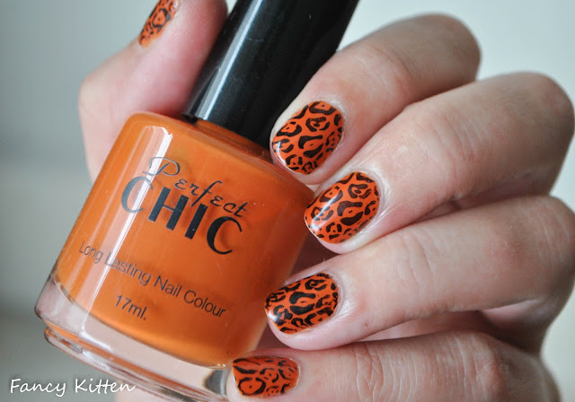 Chic - Rise & Shine 459, essence black stamping polish, Pueen 09