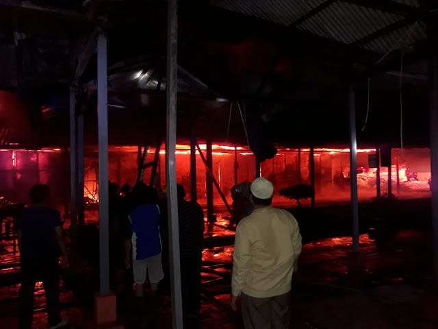 Warga menyaksikan lokasi pabrik Getah di Asahan yang terbakar