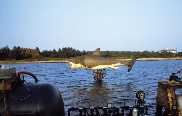 21 amazing behind the scenes photos from the making of  u0026 39 jaws u0026 39   1975