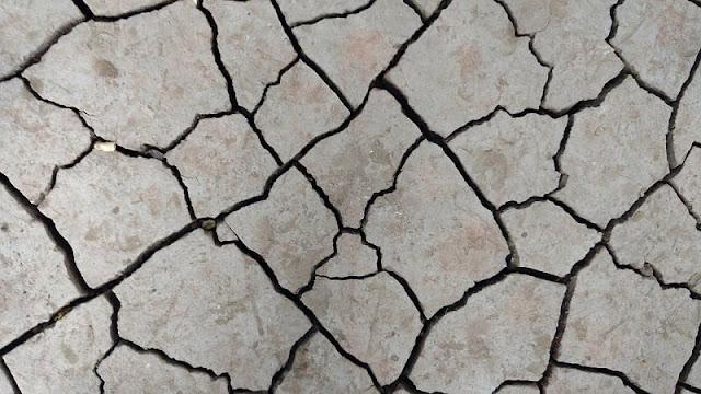 retakan tanah yang diakibatkan gempa dasyat
