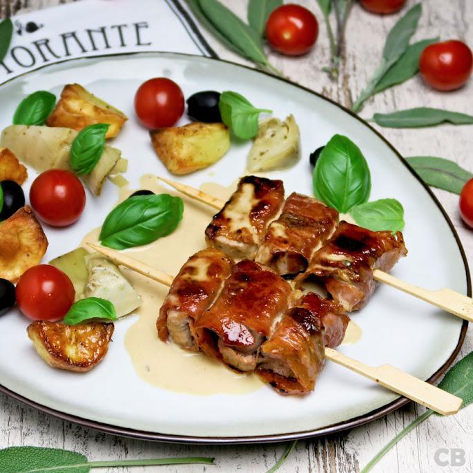 Recept Varkenshaasspiesjes met parmaham en salie geserveerd met een romige wittewijnsaus