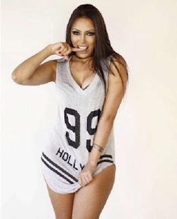 A modelo de 22 anos, que ficou conhecida após gastar R$ 60 mil em procedimentos cirúrgicos para se parecer com a popstar, já falou sobre sua obsessão pela cantora e não economizou na sensualidade ao revelar o desejo de tirar toda a roupa em ensaios futuros.