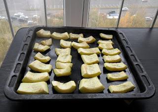 Кабачки запеченные в духовке остывают на лоджии