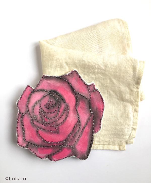 Rose peinte et brodée