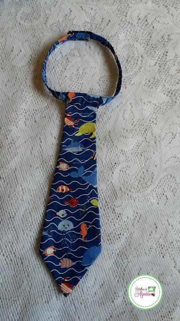 gravata infantil fundo do mar em tecido com fundo azul marinho