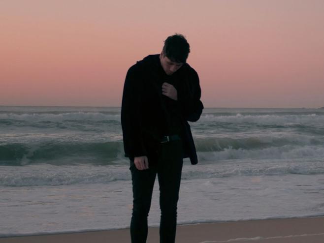 Frabin numa jornada em busca da idealização de perfeição no clipe de 'Pastime Illusion'