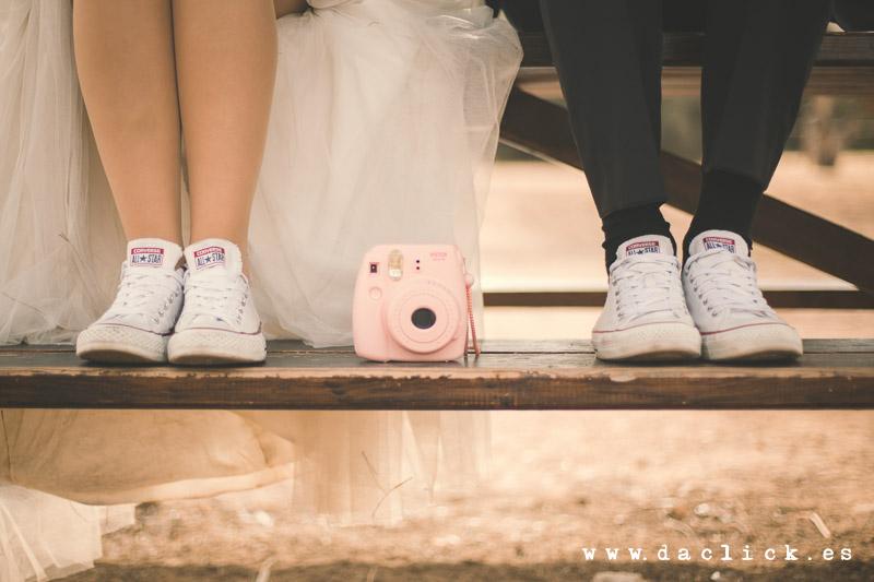 polaroid rosa , bambas blancas