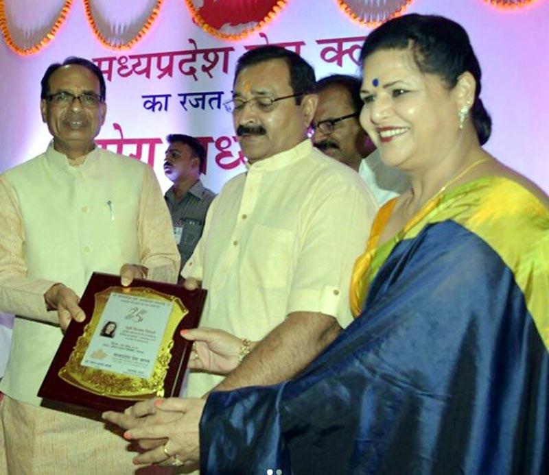 Divyanka's parents receiving the award on her behalf