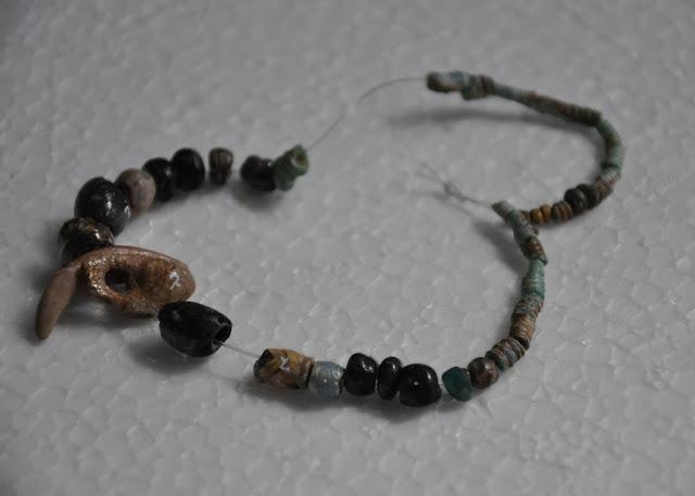 Muzeum w Cedyni - ekspozycja artefaktów - naszyjnik z szklanych paciorów